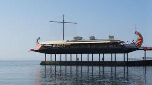 i dem Schiff ischt a ganz tolls Restaurant direkt ueber am schwarza Meer