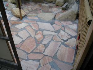 床には輸入乱形石使用