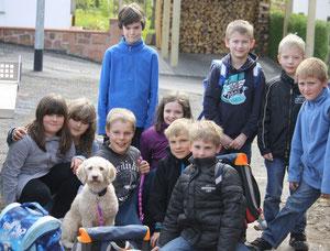 Amora als Schulhund! Die Kinder haben sich vorzüglich um sie gekümmert und Amora hat es sehr genossen!!