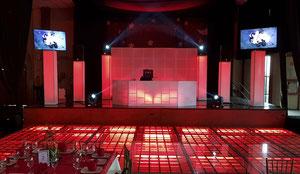dj para fiestas equipo PREMIERE iluminado en rojo con pista iluminada