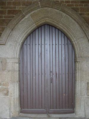 la porte d'entrée de l'église du XVème siècle