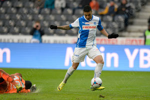 Alves dos Santos Caio (R, GCZ) trifft an Torhueter Yvon Mvogo (YB) vorbei zum 0:3