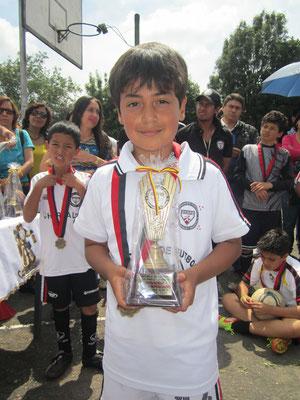 Julián Mateo Candela, con su trofeo como el jugador mas destacado de la categoría menores en el 2012 en la Escuela de Fútbol San Pablo-Bogotá.