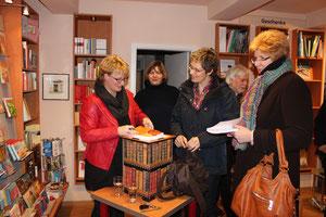 """Buchlesung in der Buchhandlung Gollenstede ein voller Erfolg. Ursel Munderloh berichtet aus ihrem Buch """"Dein Weg zur Selbstheilung - Bedeutung von Krankheit""""."""