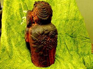 背には木香薔薇 彫塑 立花雪YukiTachibana 炎と楽園のアート 楽々土像