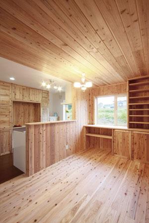 (●^o^●) 二世帯住宅を検討していて、竹中組に出会ったんです。みんなの集まるダイニングは、母の健康を想い、音響熟成木材にしてもらいました。ダイニングテーブルを置く位置に合わせ、その後ろにカウンターや収納棚を造作してくれました!家具を買う必要もなく予算をしっかり家造りに。(滝川市江部乙町A邸)