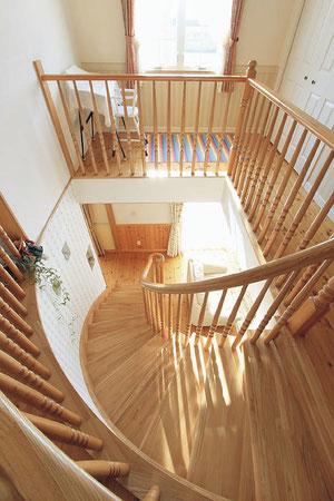 (●^o^●)映画のような、おおきなアールを描く階段が憧れでした。リビング階段の吹き抜けから聞こえてくるピアノや子どもの笑い声に幸せを感じちゃいます。(雨竜町B邸)