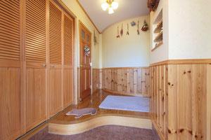 (●^o^●) R型の玄関がお気に入り。収納も容量ばっちりで、あちこちにニッチも作ってもらいました。毎日いろんなものを飾ってます♪木の香りってやっぱりいいですね。(雨竜町B邸)