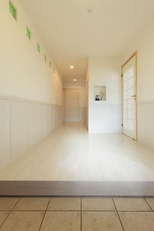 (●^o^●) とにかく明るくて広い玄関にしたかったんです。オフホワイトの落ち着いた色合いに、緑のガラスブロックがアクセントになっているんです。隣の部屋もほんのり明るいのも◎。幻の漆喰は玄関に限らず、家じゅうに使っています。収納の中も塗るのがポイント。(新十津川町C邸)