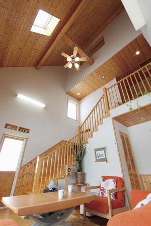 (●^o^●) 大きな吹き抜けのリビングが我が家の自慢。屋根裏部屋が欲しくてお願いすると、「熱がこもるから排熱の通気と除湿が大事」と、リビングから通気の開口部と天窓を付けてくれました。おかげで冬はリビングの熱で暖かく、夏は天窓もあけて心地よく趣味に没頭してます。天井裏や吹き抜けに詳しい大工さん様様でっす!!(滝川市A邸)