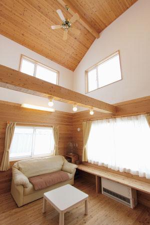 (●^o^●) 大きな吹き抜けの腰壁や天井は、すべて音響熟成木材に。雨の日や冬でも暖かいので、子供たちも元気にお家でバトミントン大会してます(笑)。幻のしっくいは静電気を抑えてくれるので、梁の上でもほこりがたまりにくいのが最高ですね!(新十津川町A邸)