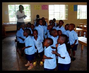 Les enfants de l'école qui chantent et dansent