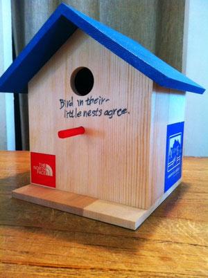 言葉を入れてみた。 「Birds in their little nests agree.」  (小さな巣の鳥は仲がいい)集団で協力することの大切さを言った、ことわざです。  堅さがいくぶんとれたかな? ま、とりあえずおK!