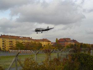 Rosinenbomber D-CXXX im Anflug auf die 27L