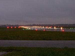 Landebahn 27L beleuchtet