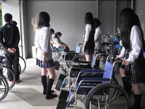 車椅子に乗る人はどうすれば安心してもらえるかな?車椅子を押す練習と乗る体験。