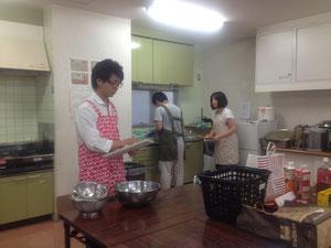 オープン直前。食器を洗って・・・大忙しです。