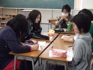 事前学習の様子。班のメンバーで訪問に向けての準備をします。
