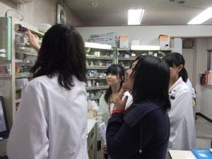 薬局でいろいろなお薬を見せていただきました。