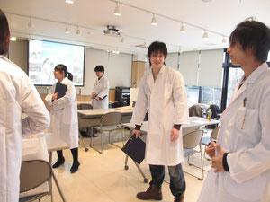 生徒も白衣を着て職場観察開始
