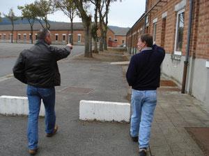 Dieter und Antoine besichtigen das arme Gelände und reagieren gleichermaßen wie man sieht!
