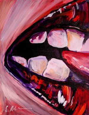 Mund im Closeup beißt auf eine fremde Zunge.