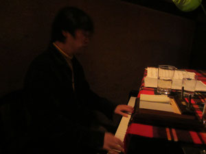 平川氏 演奏中でした。ロマンティックな曲が次々と。。。。