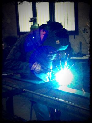 Travail de l'acier dans l'atelier d'ATS