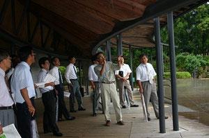 牧野富太郎記念館の施設を黒岩氏が案内してくれる