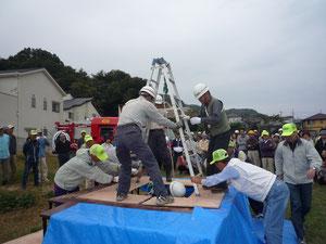 倒壊家屋の屋根裏を切断して被災者救助訓練