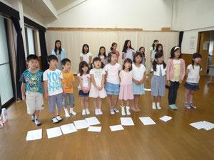 唱歌練習の子どもたち