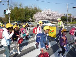 交差点で登校児童を誘導(4月14日)