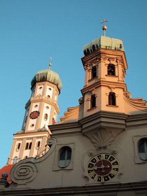 Türme der evangelischen und der katholischen Ulrichskirchen in Augsburg, Symbol des Augsburger Religionsfriedens (Bild: Simon Brixel)