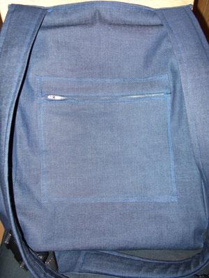Rückansicht mit Reißverschlusstasche