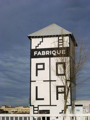 Le logo a été conçu par Guillaumit. Sobres, en noir et blanc, les quatre carrés symbolisent les 4 activités de Pola: création, production, diffusion, transmission