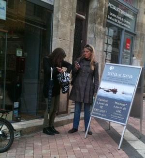 Deux clientes sortant de l'institut de beauté Mer Morte, rue des Remparts (P. Guillot)