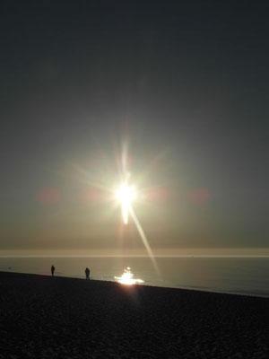 Czynny relaks nad morzem przy blasku zachodzącego słońca.