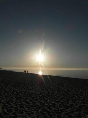 Nadmorski zachód słońca na plaży w Ustce.