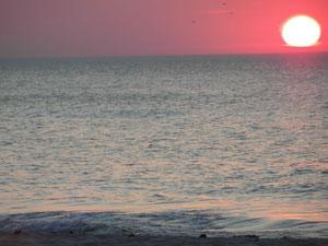 Romantyczny zachód słońca nad morzem.