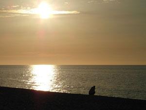 Zachodzące słońce mieni się kolorami tęczy.