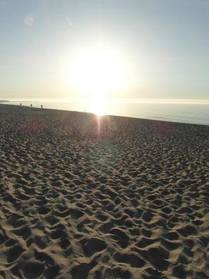Zachód słońca na złocistej plaży w Ustce.
