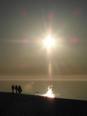 Blask zachodzącego słońca nad morzem w Ustce.