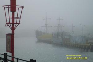 Port w Ustce spowity mgłą.