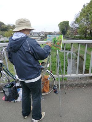 野川にかかる御狩野橋の上で絵を描いている方に遭遇