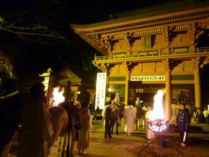 篝火の焚かれる楼門前