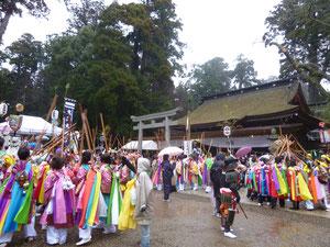本殿の前で踊る多くの人