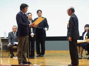 菅原一秀経済産業副大臣による表彰状授与
