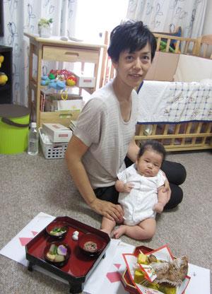 3か月になる娘と一緒に。育児のペースにもだんだん慣れてきました。
