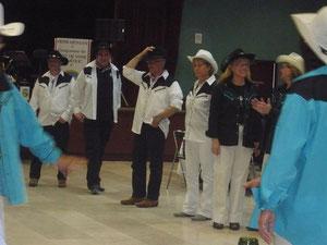 les crocs blancs des danseurs motivés