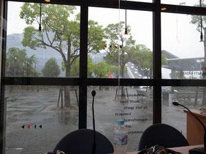 スタジオから見る外は暴風雨!